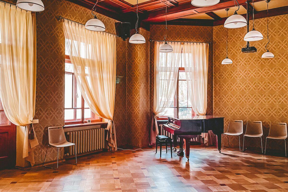 Luznava Manor halls