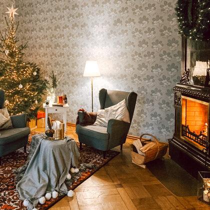 Ziemassvētku noskaņa muižas kamīnzālē