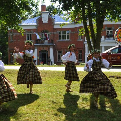 """Song and dance festival """"Saulesvija"""" stops at Luznava 20/07/2021"""